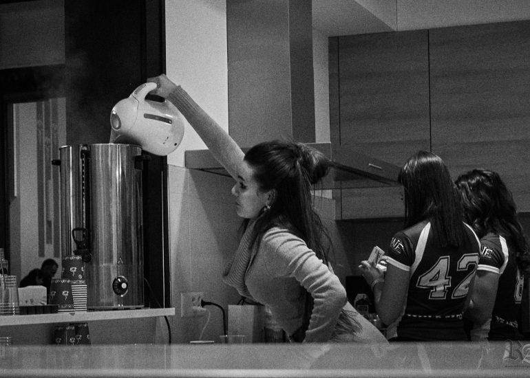 Une fille préparant son service, photo en noir et blanc