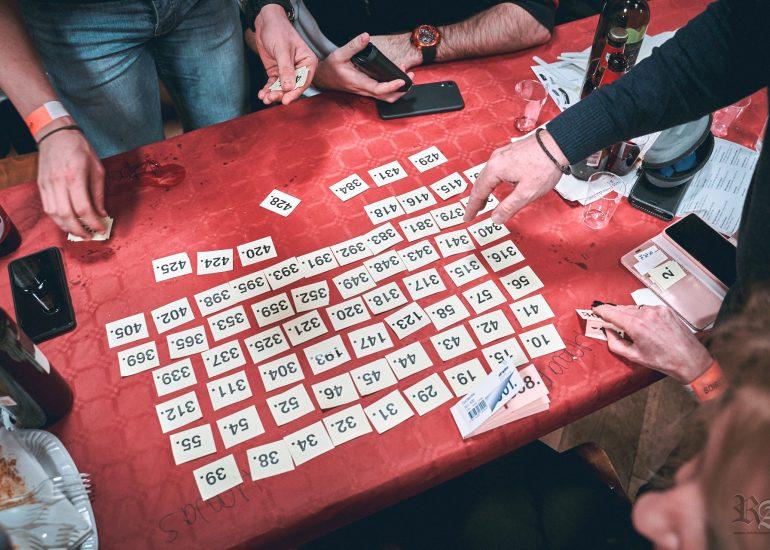Préparation par les invités pour le loto