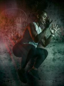 Active portrait de Train With Silvia en action en jump squat avec son logo