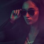 portrait fashion d'une fille portant des lunettes avec un fond coloré