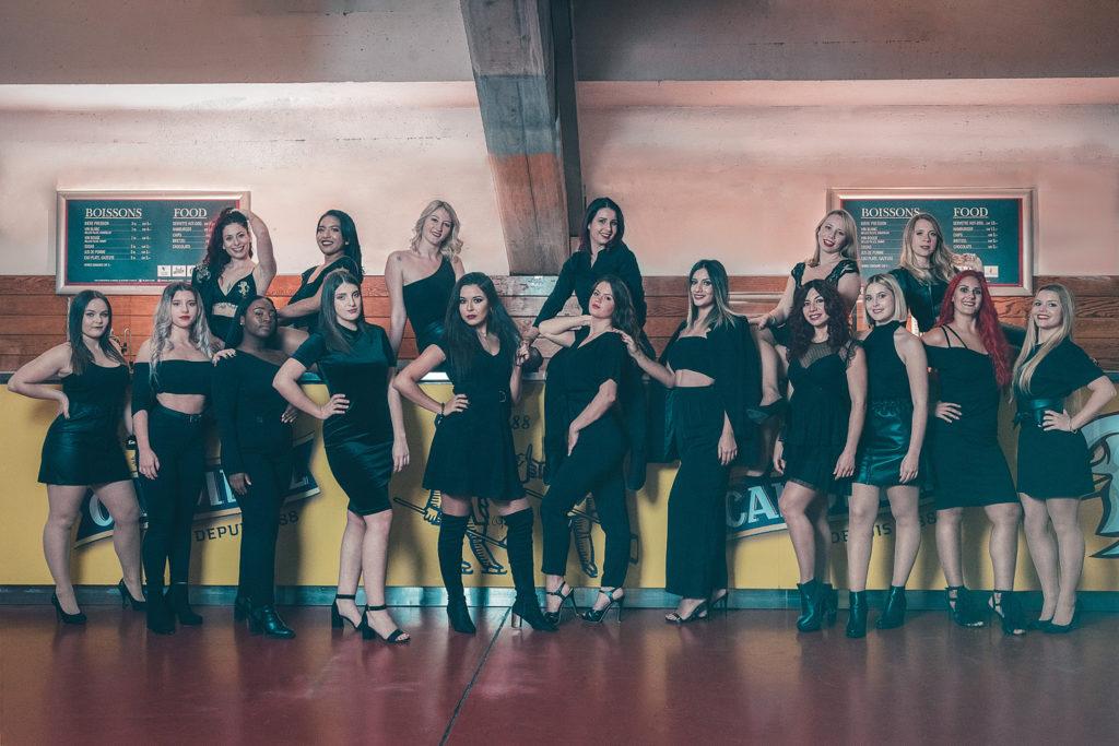 photo de groupe de fille habillée en noir