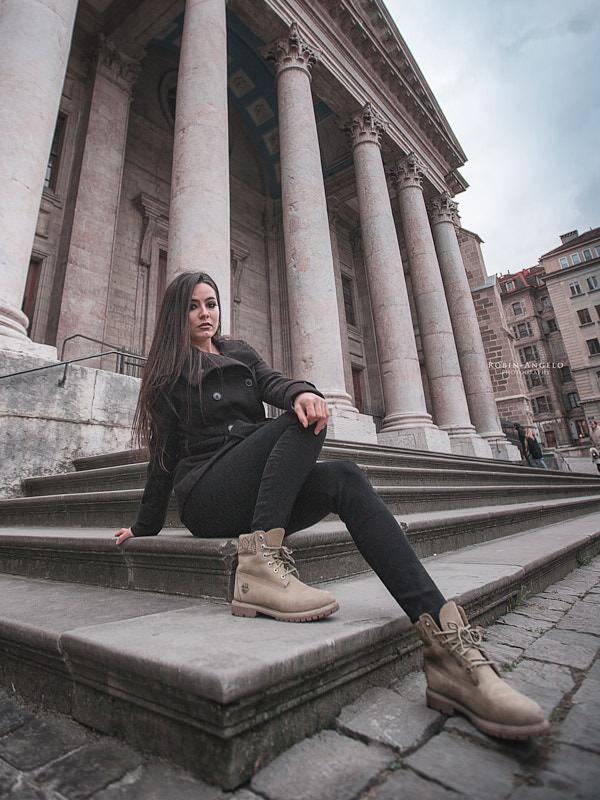 Portrait lifestyle d'une fille assise au pied de la cathédrale Saint-Pierre à Genève