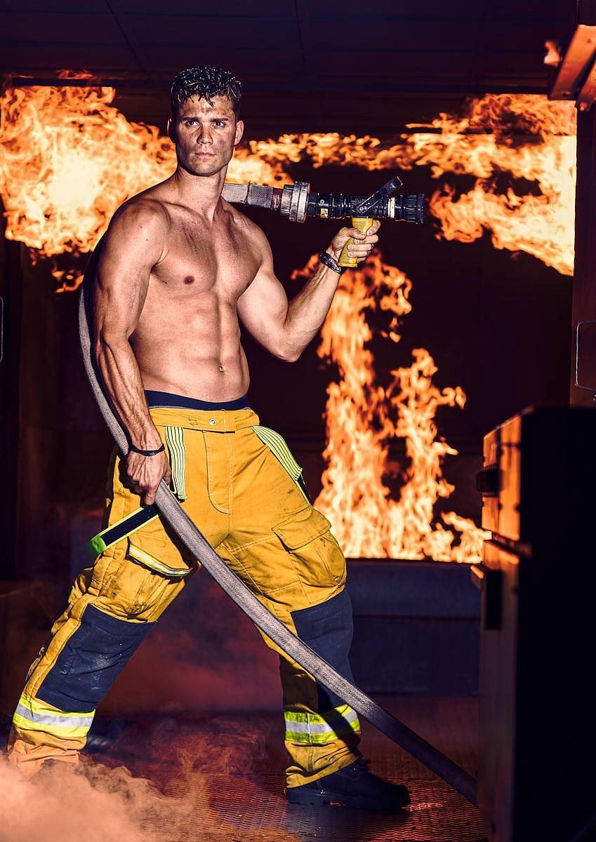 Homme pompier dans un appartement en feu