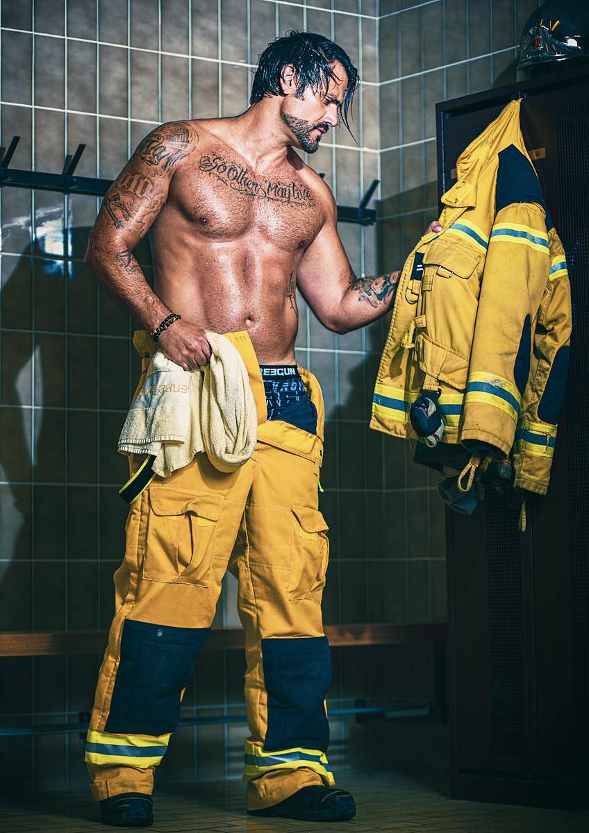 Homme pompier dans un vestiaire