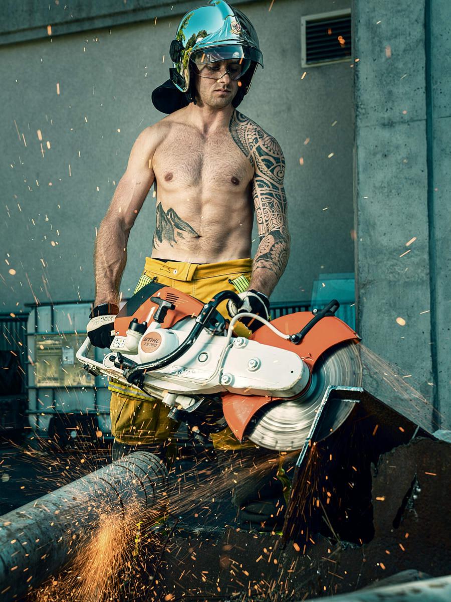 Homme pompier avec scie circulaire